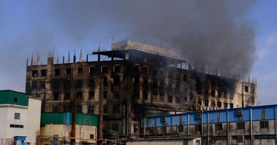 Beim Brand in einer Lebensmittelfabrik in Bangladesch sind nach Angaben von Behörden und Feuerwehr mindestens 52 Menschen ums Leben gekommen.