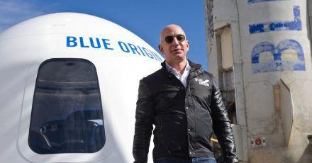 Der Milliardär Jeff Bezos steht vor einer Weltraumkapsel auf dem Space Symposium in Colorado Springs.