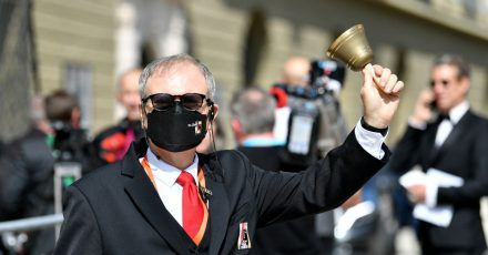 Ein Mitarbeiter der Festspiele läutet zur Eröffnung der Salzburger Festspiele eine Glocke.