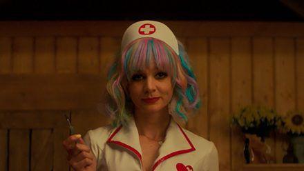 Cassie (Carey Mulligan) hat es auf Männer abgesehen, die hilflose Frauen abschleppen wollen. (stk/spot)