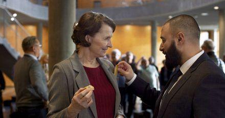 Justizministerin Elisabeth (Karen-Lise Mynster) witzelt mit ihrem Assistenten Farshad (Hadi Ka-Koush).