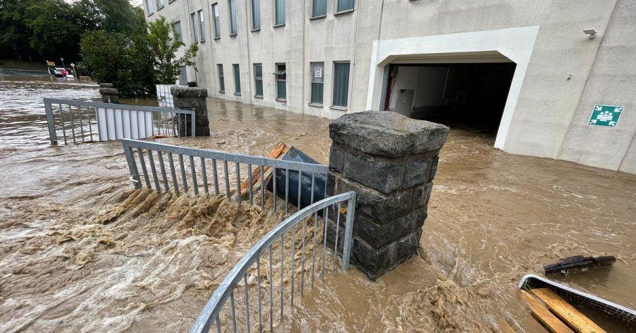 Überflutete Straßen und vollgelaufene Keller: Nicht immer sind Schäden sofort ersichtlich - Vorsicht ist geboten.