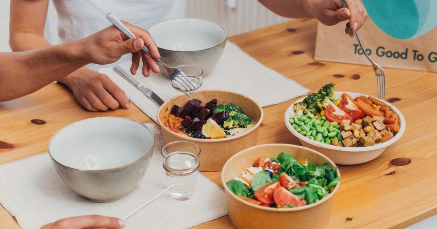Viel zu schade für die Tonne: Gegen die Vergeudung von Lebensmitteln geht die App Too Good To Go vor. Man kann darüber auch übrig gebliebenes Essen aus Restaurants abholen.