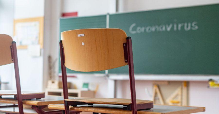 «Coronavirus» steht auf einer Tafel in einem leeren Klassenzimmer. Nach den Ferien sofort mit dem Pauken anzufangen, ist der falsche Weg, sagen Experten.