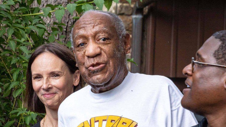Bill Cosby (m.) nach seiner Entlassung aus dem Gefängnis (wue/spot)