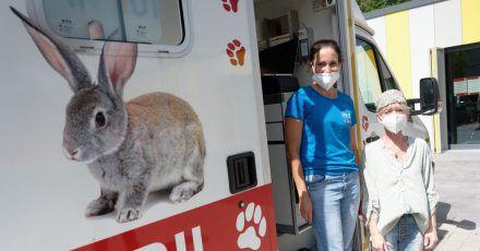 Die Tierärztin Claudia Gomez (l) und ihre Assistentin Elke Wolf warten vor dem Tierarztmobil auf ihre vierbeinigen Patienten.