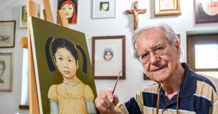 Schauspieler Wilfried Klaus in seinem Atelier neben einem seiner Gemälde.