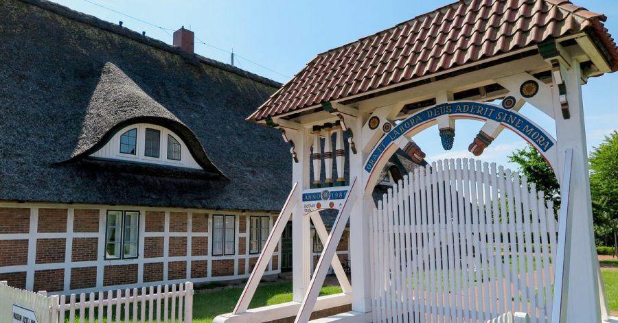 Das Museum Altes Land präsentiert sich mit einer Prunkpforte.