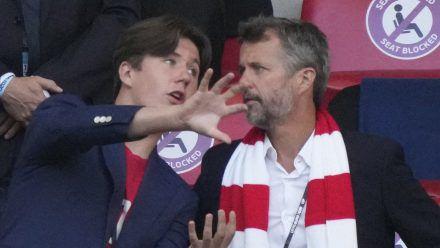 Prinz Christian (li.) mit Vater Kronprinz Frederik von Dänemark im Wembley-Stadion. (eee/spot)