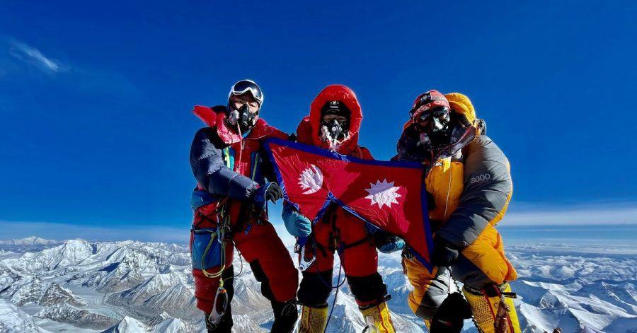Nima Lhamu Sherpa (M) steht mit ihren Brüdern auf dem Gipfel des Mount Everest.