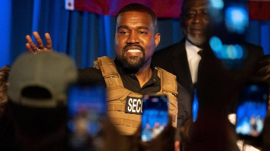 Kanye West erscheint mit Skimaske bei Fashionshow