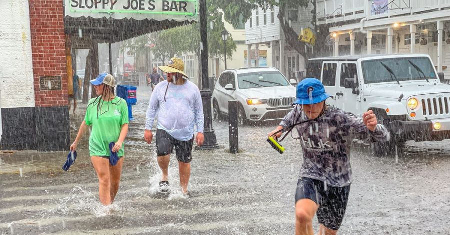 Fußgänger waten durch das Hochwasser in Key West in Florida.