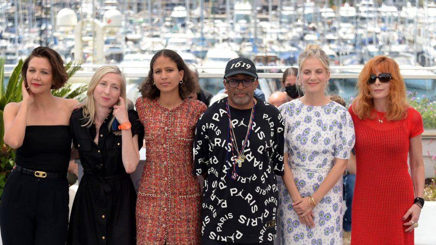 Jurypräsident Spike Lee mit seinen Jurykolleginnen beim Filmfestival in Cannes. (smi/spot)