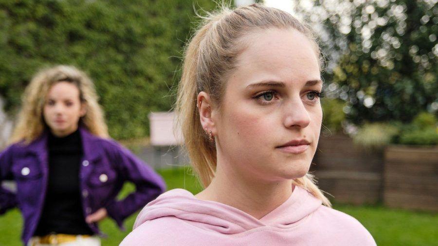 """""""Unter uns"""": Cecilia (r.) fühlt sich schlecht, weil sie Nika anlügt. (cg/spot)"""