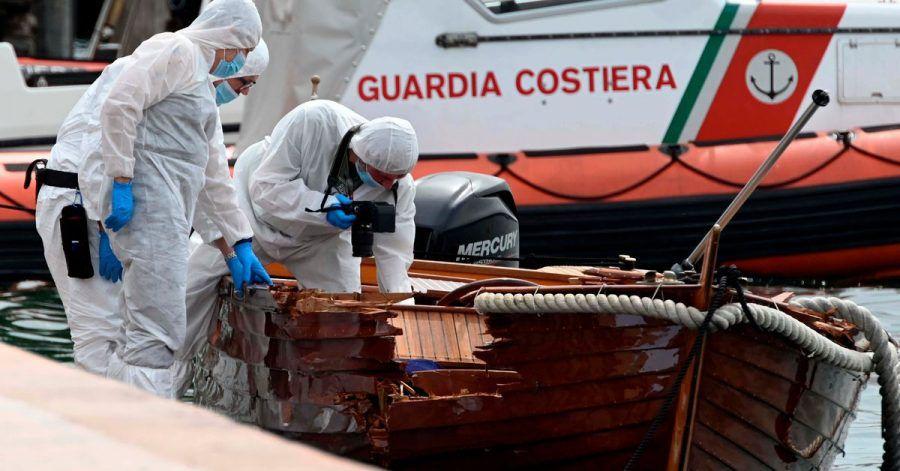 Italienische Forensiker begutachteten den Schaden an dem Boot.