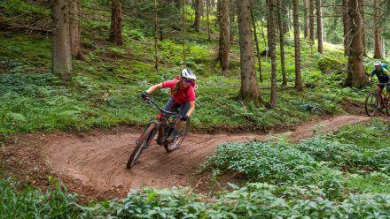 Der Hahnenkamm: Im Winter Schauplatz legendärer Skirennen, im Sommer Spielwiese für Mountainbiker auf dem neuen Bike Trail (kms/spot)