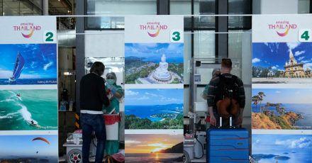 Eine erste Gruppe von Touristen wird nach der Ankunft am Phuket International Airport auf Corona getestet.