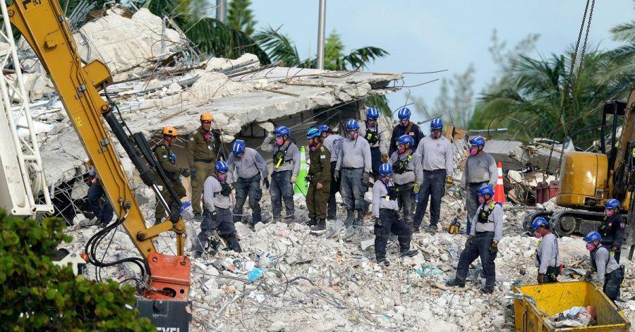 Rettungskräfte auf der Suche nach Verschütteten.