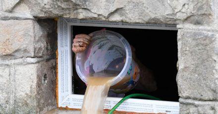Nach einer Überflutung muss das Wasser so schnell wie möglich aus dem Gebäude raus, um Folgeschäden zu vermeiden. Daher: Den Strom im Keller früh abstellen, sonst drohen Kurzschlüssen und Lebensgefahr.