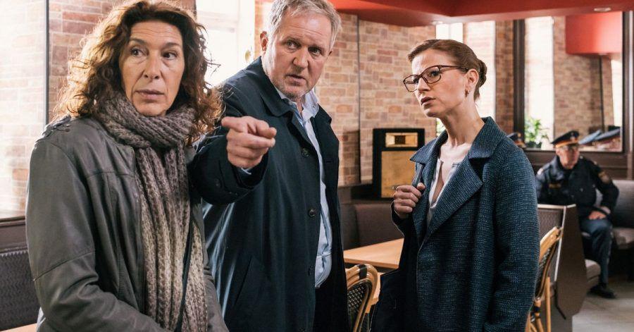 (Adele Neuhauser, li.) und ihr Kollege Moritz Eisner (Harald Krassnitzer) sprechen mit Daniela Vopelka (Kristina Sprenger).
