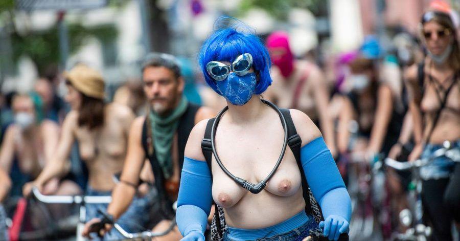 Im blauen Kostüm durch die Stadt.