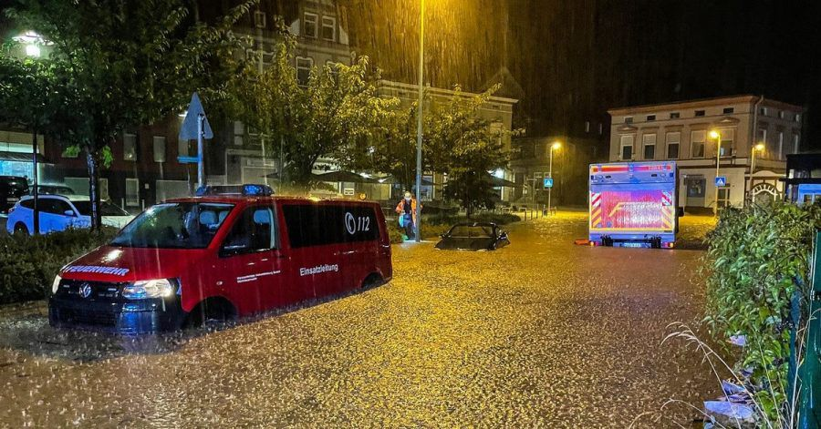 Heftige Regenfälle haben in Hagen zu überfluteten Straßen und vollgelaufenen Kellern geführt.