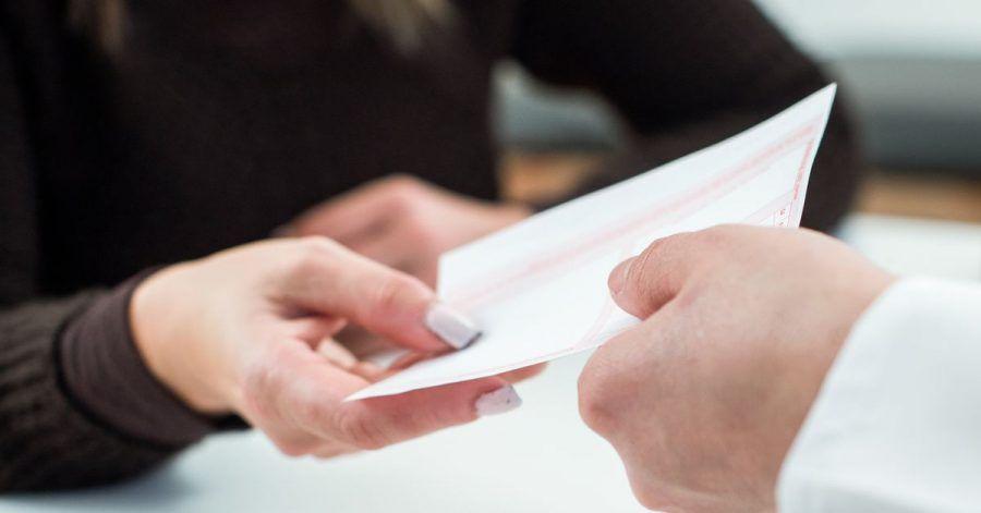 Ein rosa Kassenrezept können Versicherte 28 Tage lang einlösen, ehe es verfällt.