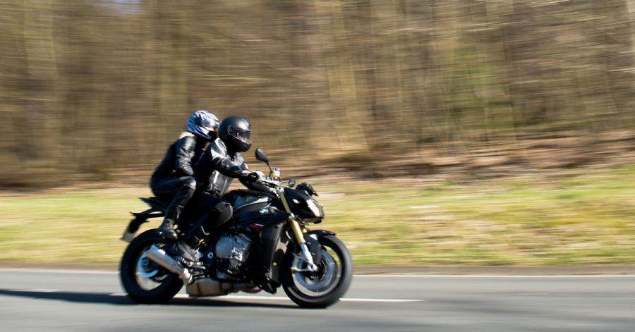 Düsen im Doppelpack: Nicht nur das Fahren mit noch mehr Umsicht und Vorausschau, sondern bereits der richtige Aufstieg eines Motorrad-Duos ist wichtig.