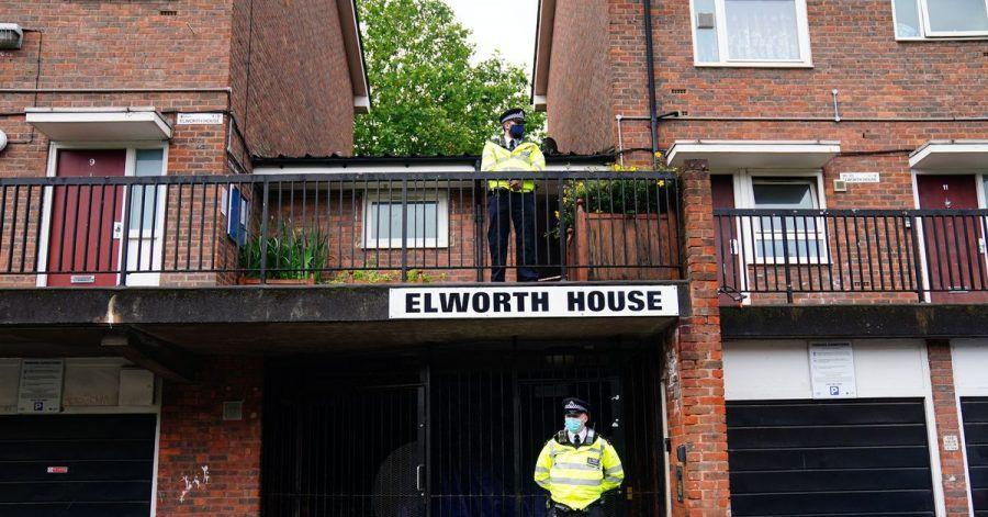 Polizisten stehen in London am Tatort, wo ein 16-jähriger Junge erstochen wurde.