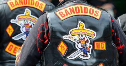 """""""Bandidos Germany"""" steht auf dem Rücken von Westen, die Mitglieder des Motorradclubs «Bandidos» tragen."""