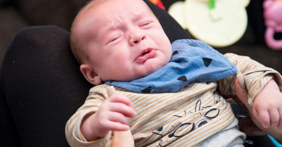 Das Baby ist frisch gewickelt, wurde gerade gefüttert und wird getragen. Doch nichts hilft - es schreit.