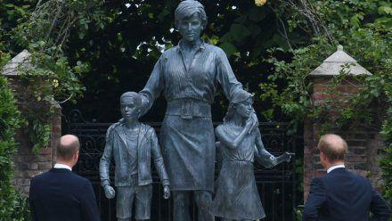 Prinz William (li.) und Prinz Harry vor der Diana-Statue. (jom/spot)