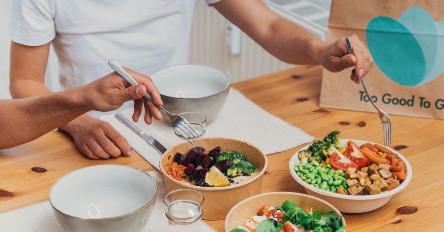 Gegen die Vergeudung von Lebensmitteln geht die App Too Good To Go vor. Man kann darüber auch übriggebliebenes Essen aus Restaurants abholen.