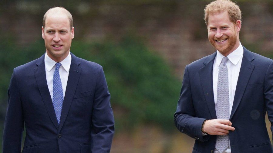 Prinz William (l.) und Bruder Harry am 1. Juli auf dem Gelände des Kensington-Palasts. (jom/spot)