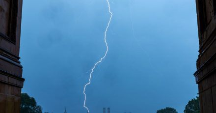 Ein Blitz schlägt am Abend in den Turm des Rathauses in der Innenstadt der bayerischen Landeshauptstadt ein.