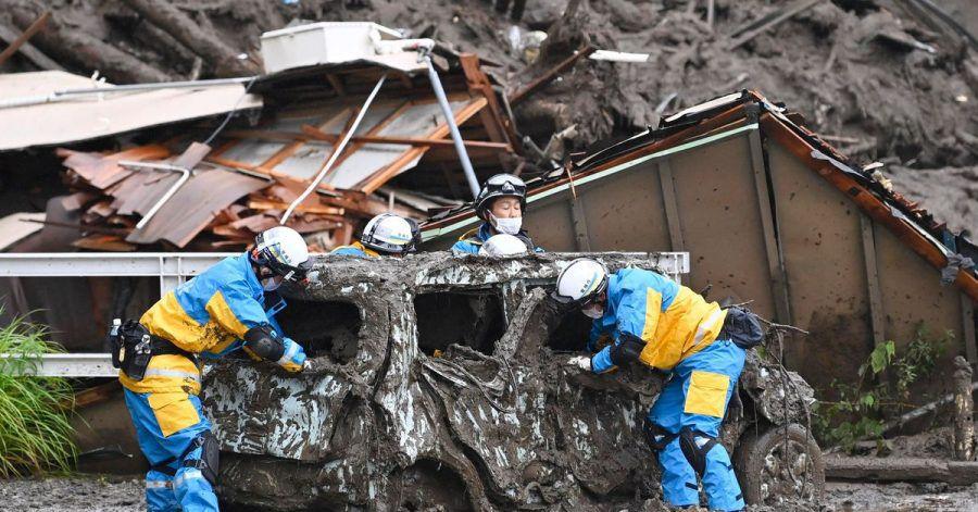 Rettungskräfte suchen nach mehreren Vermissten, doch der Regen erschwert die Aufgabe.