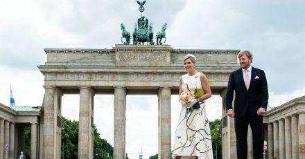 König Willem-Alexander der Niederlande und Königin Maxima gehen über den Pariser Platz vor dem Brandenburger Tor.