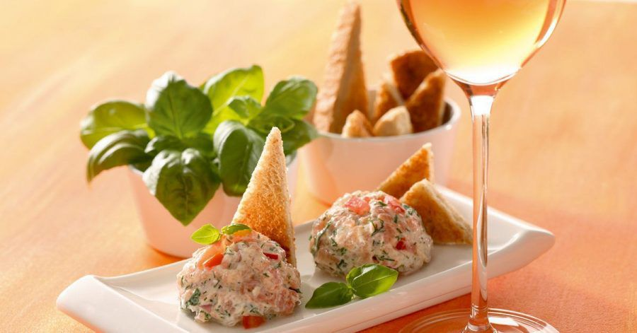 Zu trockenem Rosé passen Rillettes vom gebeizten Lachs. Zum dem Brotaufstrich passen etwas Salatgarnitur und Toastecken.