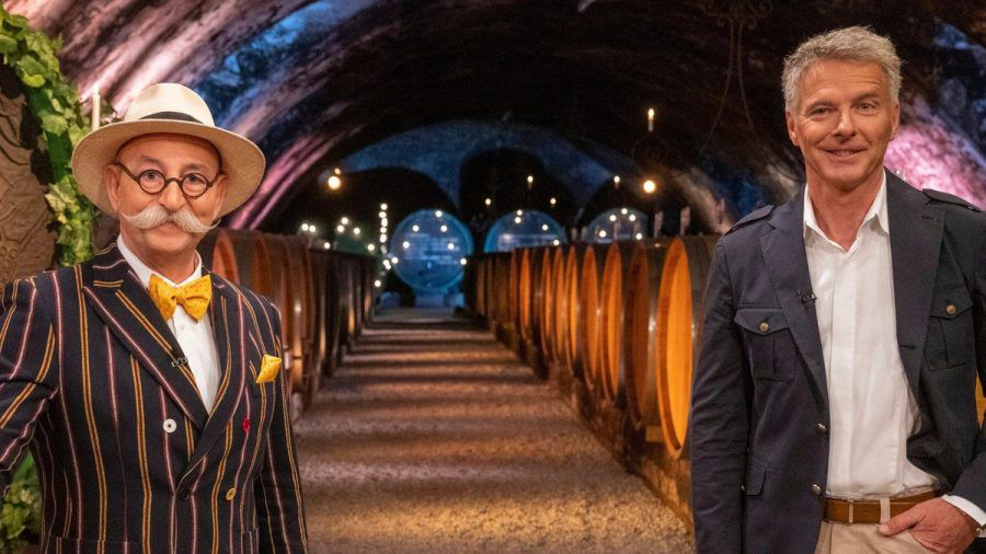 """""""Bares für Rares"""": Horst Lichter (li.) und Jörg Pilawa in einem Weinkeller (eee/spot)"""