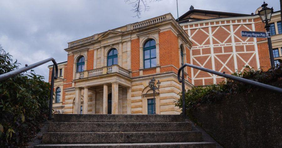 Wolken ziehen über das Festspielhaus in Bayreuth.