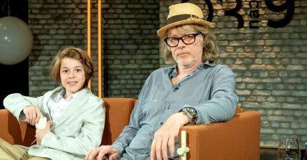 Helge Schneider und Sohn Charlie zu Gast in einer Talkshow.