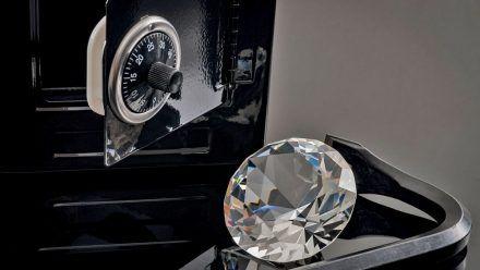 Video: Millionenschwere Diamanten in Sekunden gegen Kiesel getauscht
