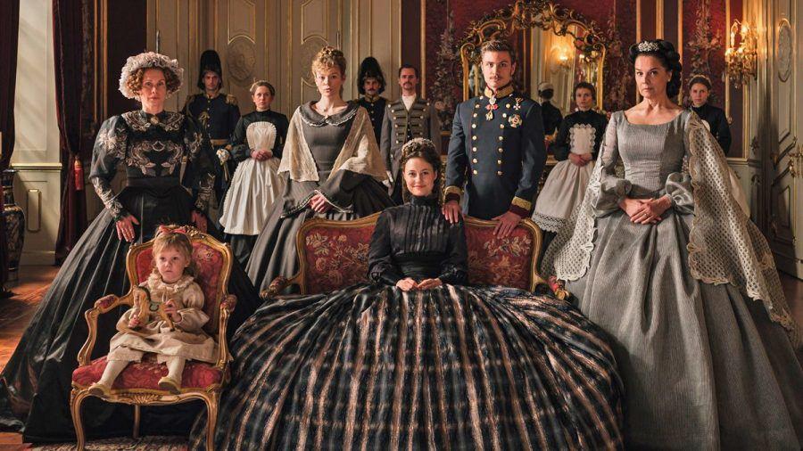 Vorne v.l.: Gräfin Esterhazy (Tanja Schleiff), Tochter (Luize Pars Balode), Fanny (Paula Kober), Sisi (Dominique Devenport), Franz (Jannik Schümann) und Erzherzogin Sophie (Désirée Nosbusch).