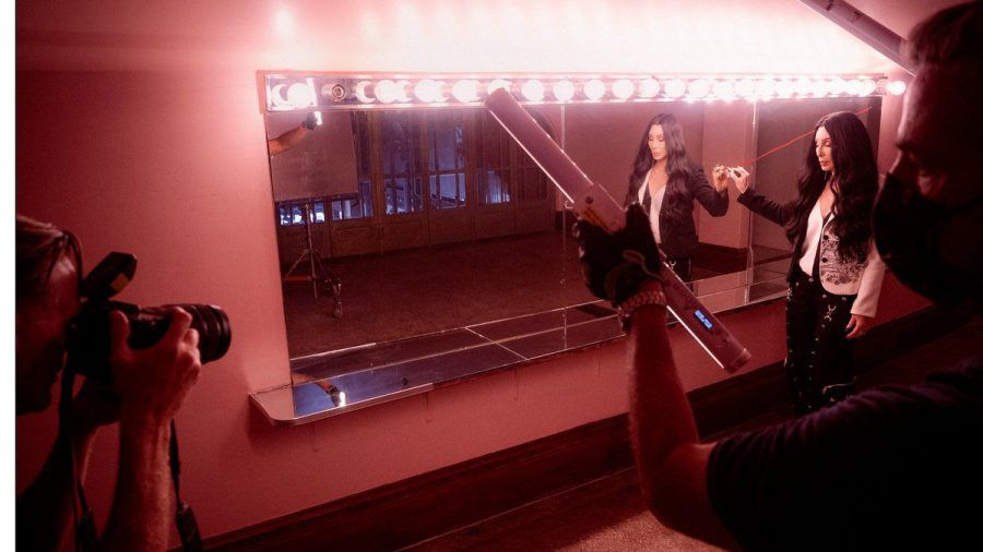 Bryan Adams fotografiert Cher für den Pirelli-Kalender 2022. (ili/spot)