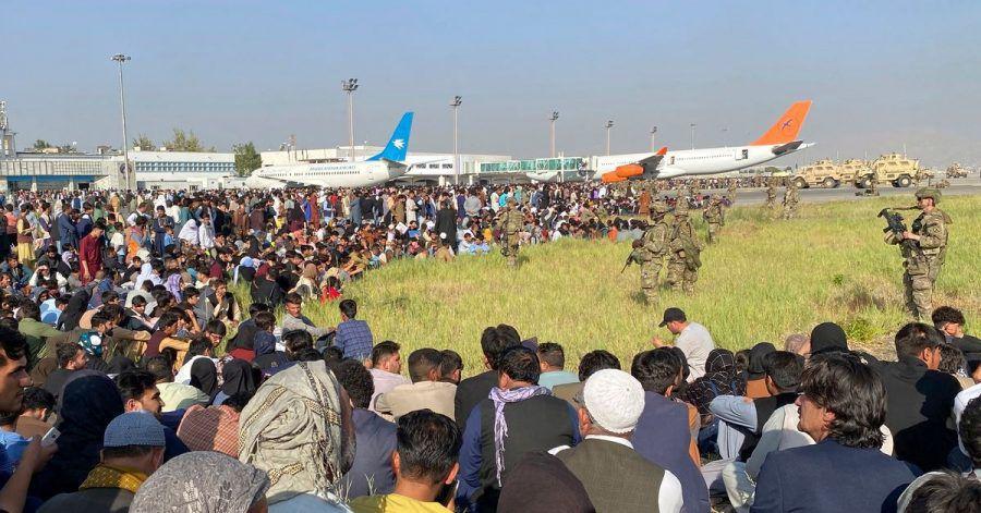 In Kabul war es am Montag zu Chaos am Flughafen gekommen. Afghanen, die vor den Taliban fliehen wollten, rannten auf das Flugfeld, um in Sicherheit gebracht zu werden.