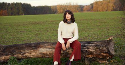 EinTeil der trendigen Mode für Frauen im Herbst und Winter ist schlicht - hier ein Beispiel mit der Trendfarbe Cashmere-Beige von Toni (Pullover ca. 80 Euro, Hose ca. 90 Euro).