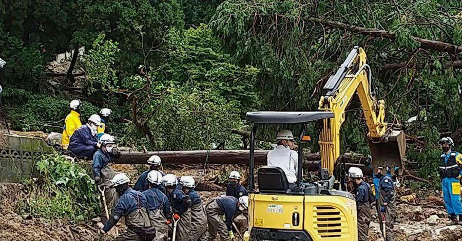Auf diesem Foto, das von der Nagasaki Kenou Wide Area Fire Department zur Verfügung gestellt wurde, suchen Feuerwehrleute nach schweren Regenfällen in einem Gebiet im Obama-Viertel von Unzen, Präfektur Nagasaki, Südjapan, nach vermissten Personen.