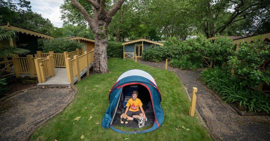 Der elfjährige Max Woosey aus dem englischen Braunton in seinem Zelt. Er hat bereits 500 Nächte in Folge dort geschlafen.