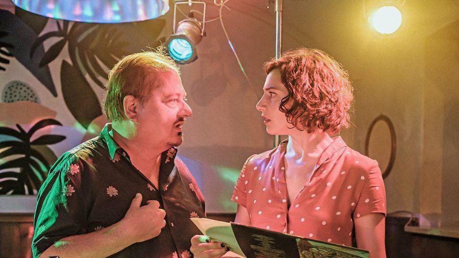 """""""Um die 50"""": Carlo (Jürgen Tarrarch, l.) will gegenüber seiner Tochter Isabella (Shirin Lilly Eissa) nicht zugeben, dass es ihm nicht gut geht. (cg/spot)"""