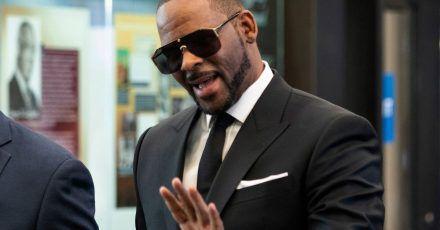 R. Kelly, Musiker aus den USA, kommt zu einer früheren Anhörung vor dem Leighton Criminal Court in Chicago.